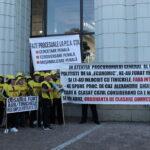 Politistii hoti – la parnaie toti! Au scandat cei 40 de angajati ai grupului de firme Garant, care au  protestat in fata  Parchetului General